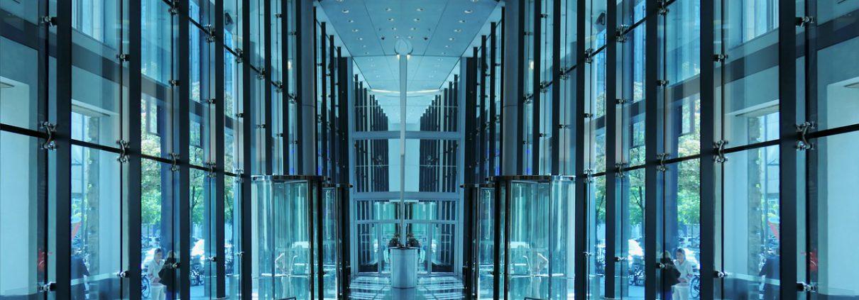 Az üvegajtó előnyei és hátrányai – érdemes üvegajtót használni?