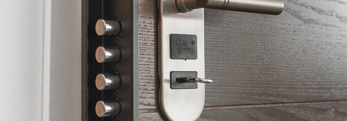 A csodálatos diófa mintázatú ajtó: a belsőépítészet jolly jokere